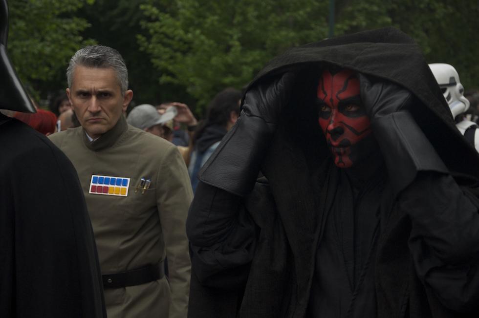 Un uomo vestito da Darth Maul sfila verso l'Arena (Simone Molteni/Il Post)