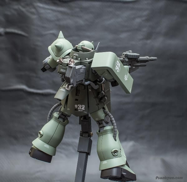 nice view on the display stand from the rear of the zaku stutzer